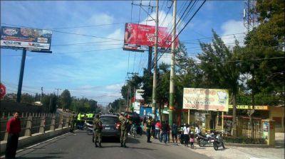 El lugar donde ocurrió el accidente fue acordonado por las fuerzas de segurida. (Foto Prensa Libre: Municipalidad de Fraijanes)