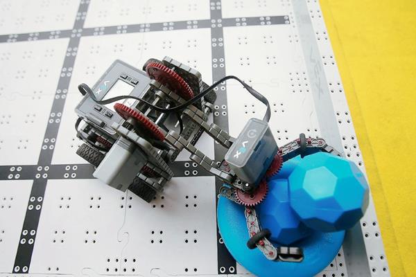 Robot en  una demostración de destreza, en la Facultad de Ciencias y Matemáticas de la Universidad de Santiago de Chile, en donde esta semana se celebra uno de los certamen de robótica más grande de América Latina.  Foto Prensa Libre: EFE