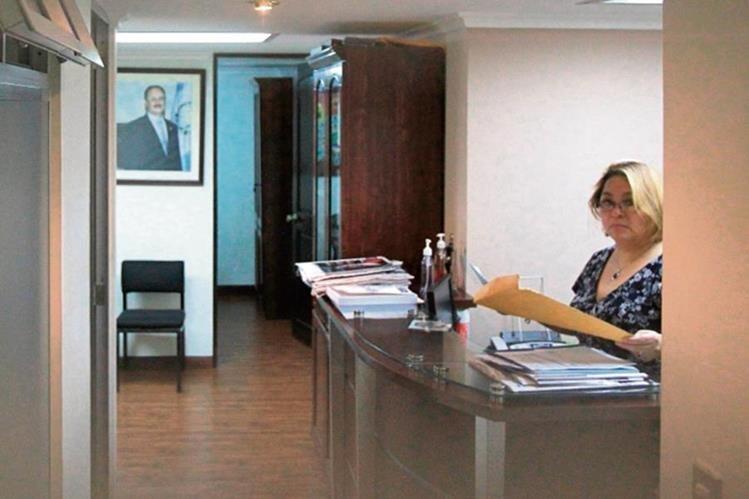 Colaboradores de Pedro Muadi todavía permanecen en la oficina asignada al exlegislador. (Foto Prensa Libre: Esbin García)