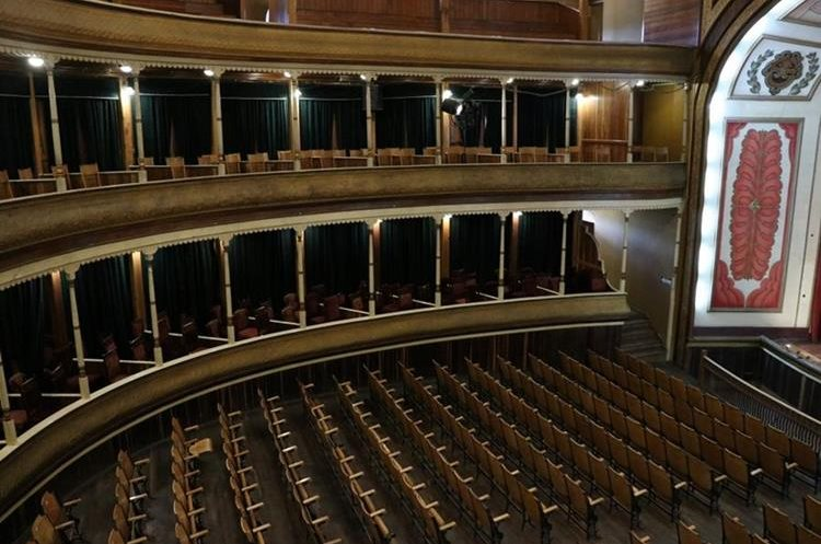 Un proyecto pendiente es la reparación de las butacas y las puertas del teatro.  (Foto Prensa Libre: María José Longo)