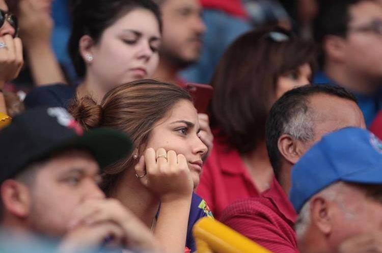 La afición escarlata no pudo terminar contenta en El Trébol, por la derrota de su equipo. (Foto Prensa Libre: Norvin Mendoza)