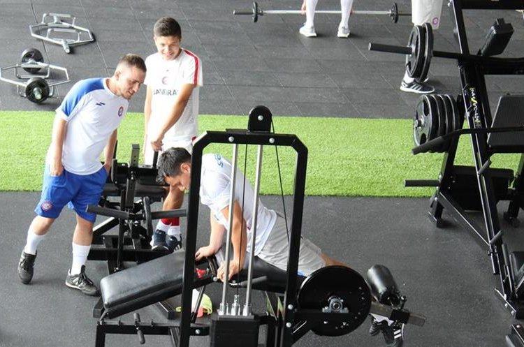 El asistente técnico Julián Cano se encargará de dirigir los entrenamientos junto a Ronald Gómez. (Foto Prensa Libre: Raúl Juárez)