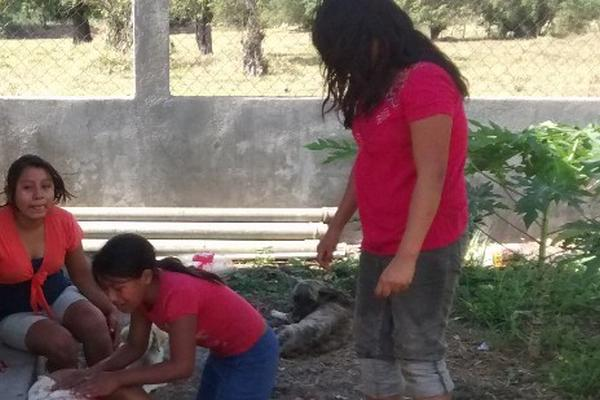 "<p>Familiares lloran la muerte de Erasmo Véliz, en la cabecera de Chiquimula. (Foto Prensa Libre: Edwin Paxtor)<br _mce_bogus=""1""></p>"