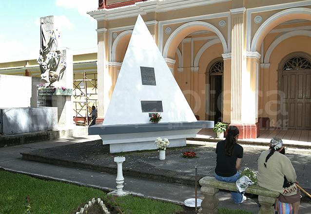 Tumba donde descansan los restos del expresidente Jacobo Árbenz Guzmán en el Cementerio General de Guatemala. (Foto: Hemeroteca PL)