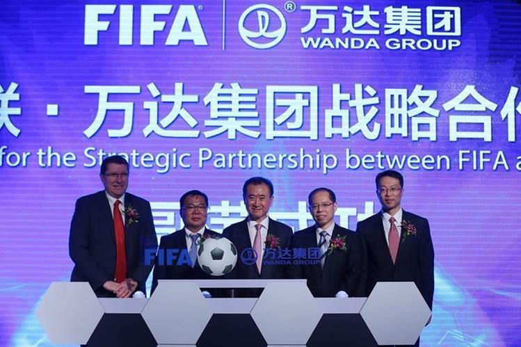 Thierry Weil de Fifa junto a los directivos de Wanda en el anuncio oficial del patrocinio. (Foto Prensa Libre: EFE)