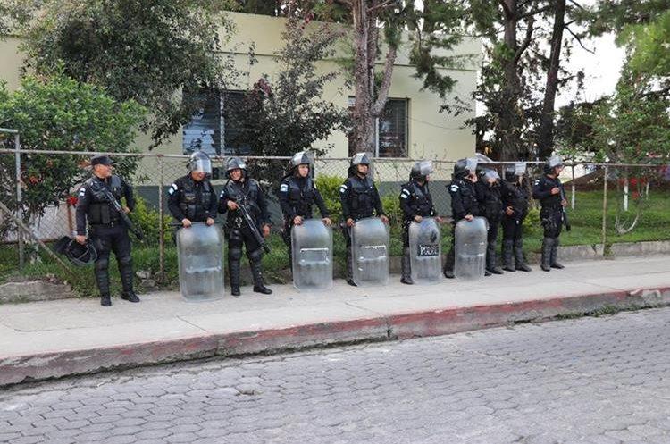 Los detenidos aparentemente custodiaban un camión con ilícitos, pero fueron dejados en libertad. (Foto Prensa Libre: Héctor Cordero)