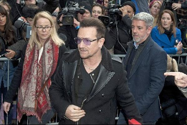 Bono durante su llegada al Band Aid 30