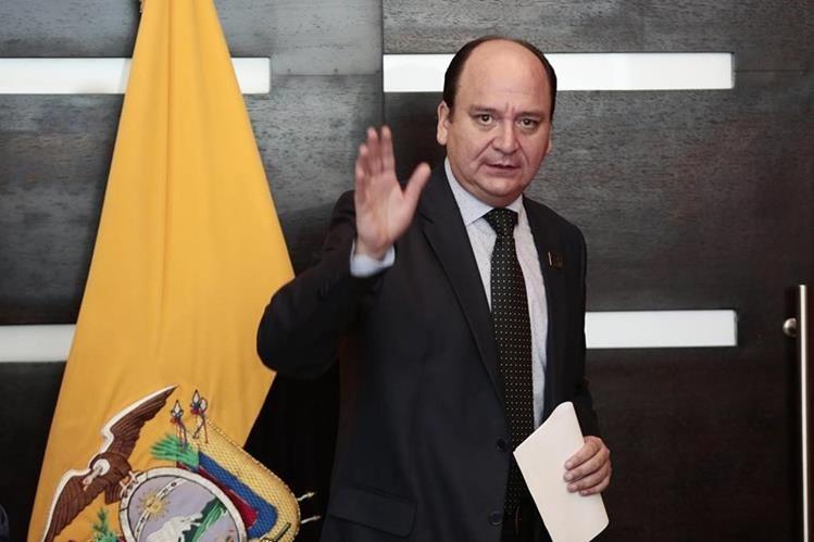 El fiscal general de Ecuador, Carlos Baca Mancheno, en conferencia en el aeropuerto de Quito. (Foto Prensa Libre: EFE)