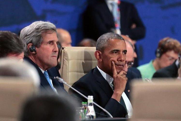 Obama en Varsovia (d), junto al secretario de Estado John Kerry (d). El mandatario estadounidense lamentó desde Polonia, donde participa en la cumbre de la Otan, los hechos sangrientos de Dallas. (Foto Prensa Libre: AFP).