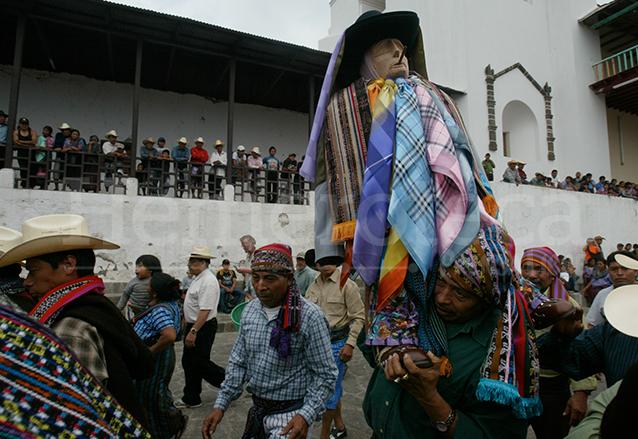 Maximón es procesionado en Santiago Atitlán. (Foto: Hemeroteca PL)