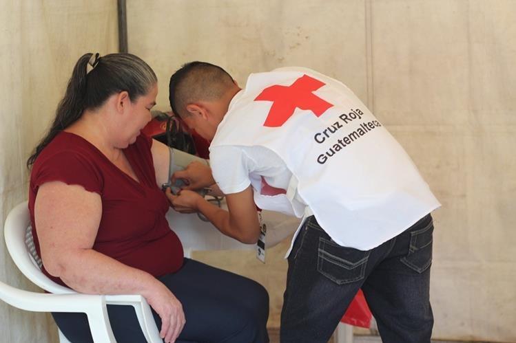 Vecina recibe atención médica en la jornada efectuada en la aldea Bado Hondo, Chiquimula. (Foto Prensa Libre: Edwin Paxtor)