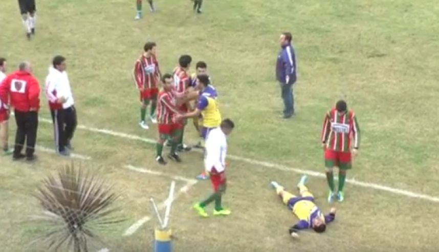 Micael Favre está tirado en el suelo mientras el resto de jugadores discute. Minutos después Favre murió en el hospital. (Foto Prensa Libre: Youtube)