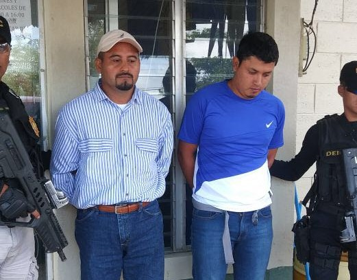 Los dos trabajadores ediles capturados, señalado de lavado de dinero. (Foto Prensa Libre).