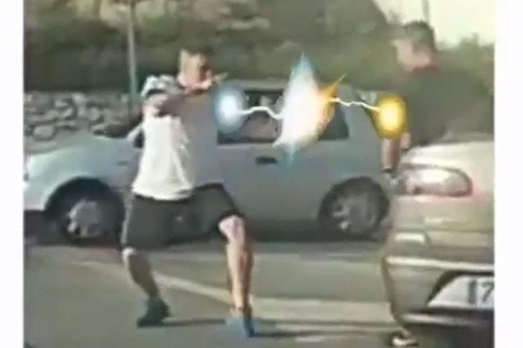 Dos automovilistas de Málaga, España, se han convertido en objeto de burlas por parte de internautas, debido a una pelea en la que se involucraron. (Foto Prensa Libre: Twitter @JorgeAguilar_5)