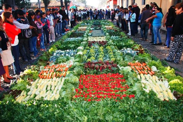 Alfombra hecho a puras hortalizas en una de las calles de Antigua Guatemala. (Foto Prensa Libre: Renato Melgar)