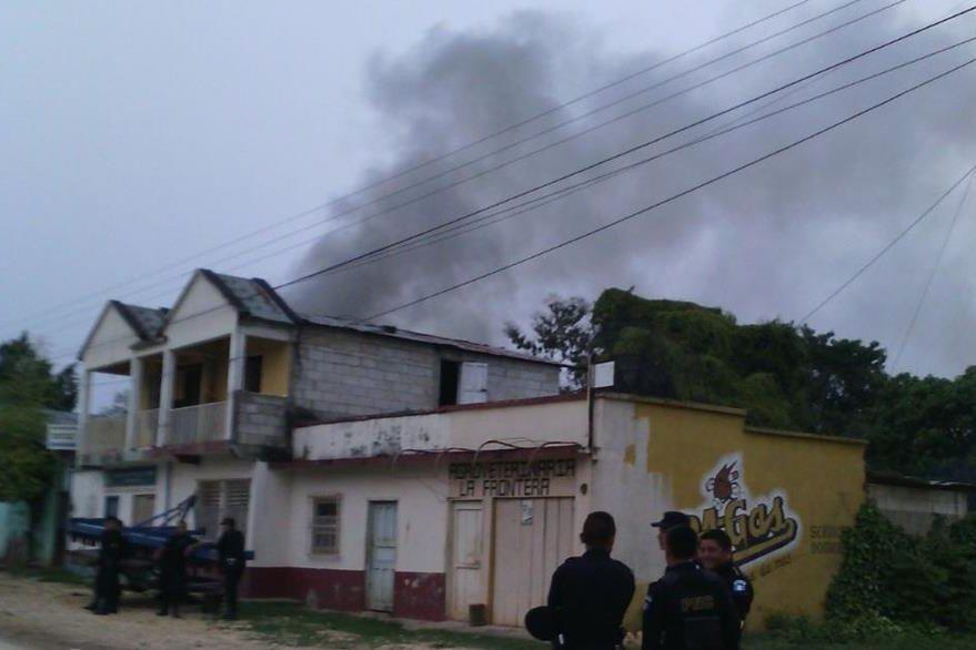 El incendio de la subestación policial era visible a varios metros de distancia. (Foto Prensa Libre: Rigoberto Escobar)