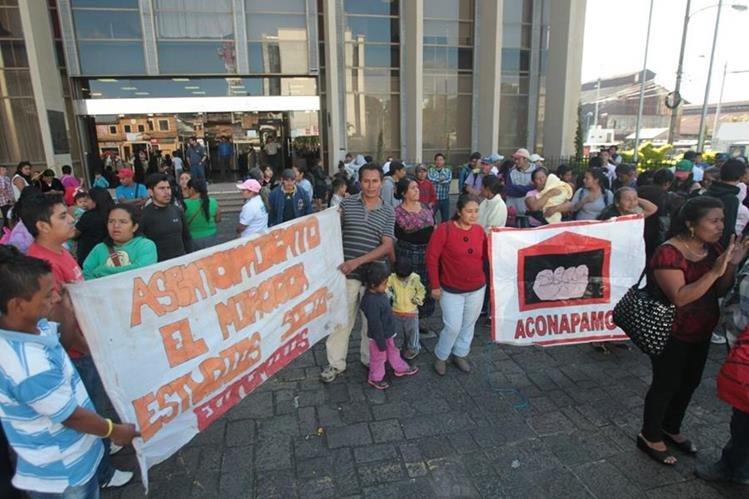 Protesta de pobladores frente al Ministerio de Finanzas para solicitar subsidio de vivienda. (Foto Prensa Libre: Érick Ávila)