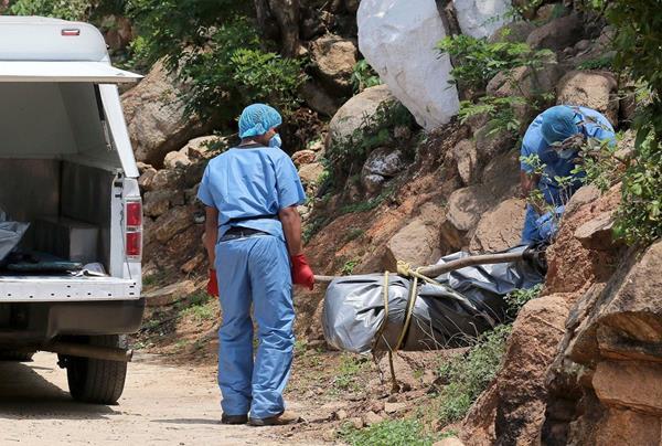 <em>Al menos 10 cadáveres fueron localizados en fosas clandestinas en las afueras del balneario turístico mexicano de Acapulco. (Foto Prensa Libre: AFP).</em>