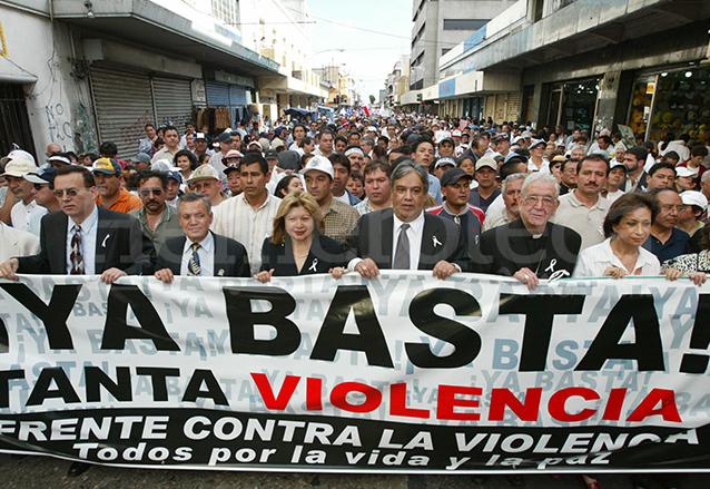 Quezada Toruño encabeza una marcha nacional contra la violencia en agosto de 2004. (Foto: Hemeroteca PL)