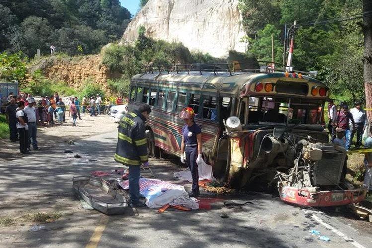Varias de las víctimas fatales quedaron tendidas en el pavimento. (Foto Prensa Libre: (CBMD)