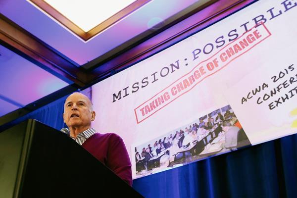 El gobernador  Jerry Brown habla sobre la orden para reducir el consumo de agua en California. (Foto Prensa Libre:AP)