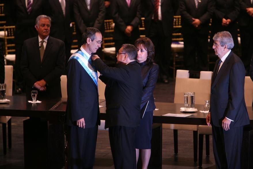 Álvaro Colom recibe la banda presidencial de manos del presidente del Legislativo Eduardo Meyer. (Foto Prensa Libre: Hemeroteca PL)
