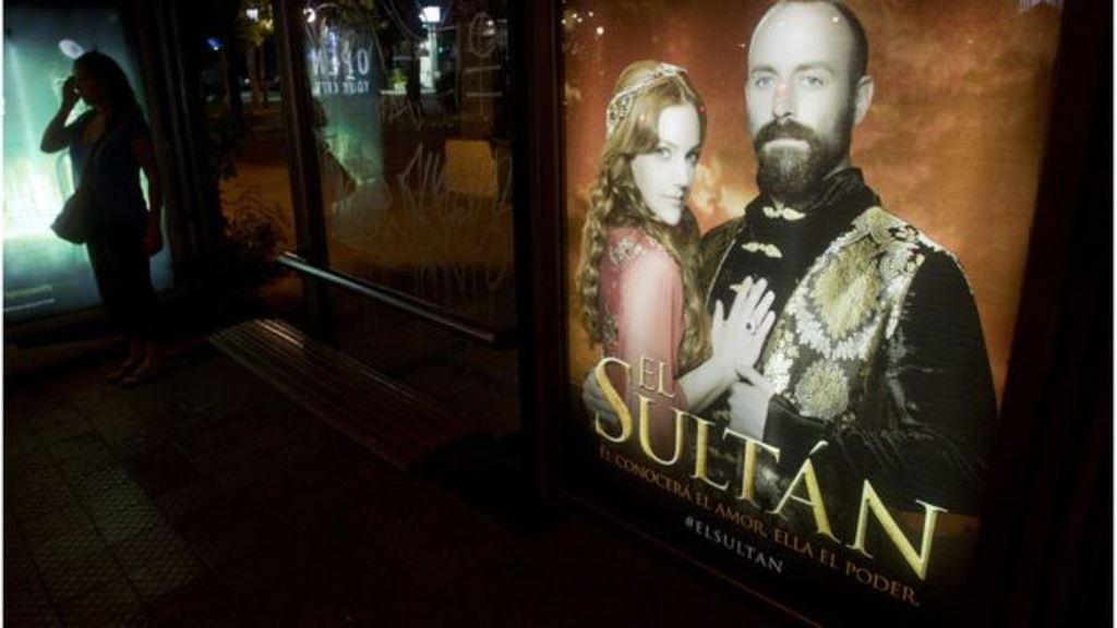 """Un cartel promociona la serie turca """"El Sultán"""" en una calle de Santiago de Chile. AFP"""