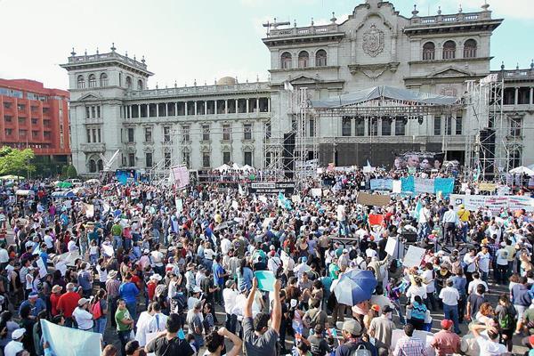 Protestas piden la renuncia de los gobernantes.
