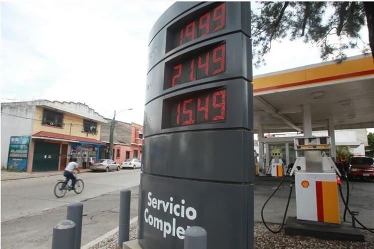Los precios de las gasolinas aumentarían con la reforma tributaria. (Foto Prensa Libre: Estuardo Paredes)