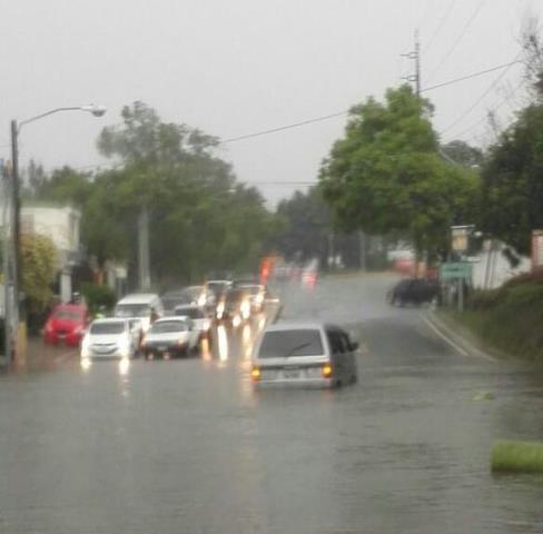 La vía de las Charcas, en zona 11, se inundó y varios vehículos tiene dificultad para transitar. (Foto Prensa Libre: Twitter)
