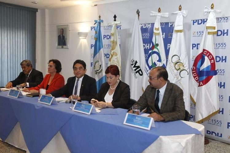 Representantes de la Alianza Nacional por la Transparencia durante la conferencia de prensa este jueves. (Foto Prensa Libre: Paulo Raquec).