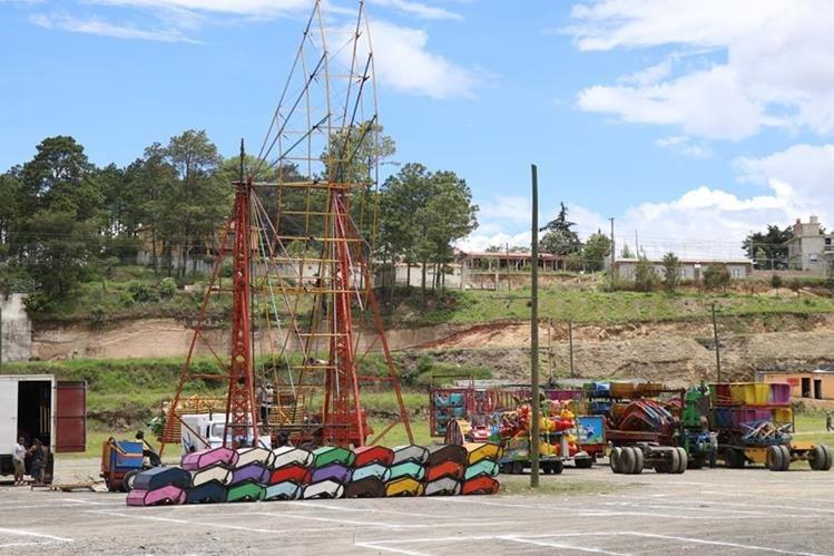 Los juegos mecánicos son instalados en el campo de la feria de Huehuetenango, para la celebración de las fiestas julias. (Foto Prensa Libre: Mike Castillo)