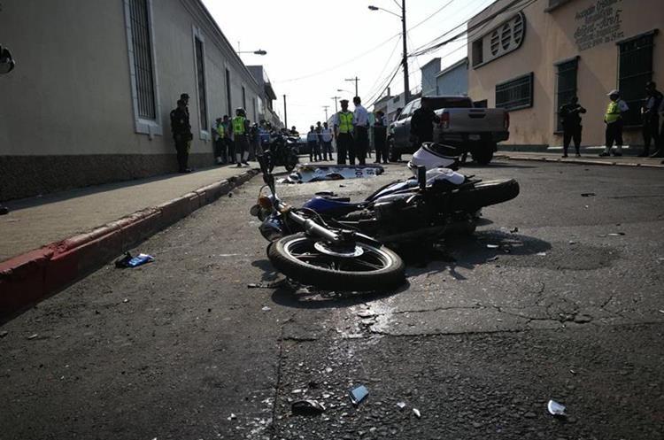 Motocicleta en la que se tranportaban los agentes. Foto Prensa Libre: Érick Ávila.