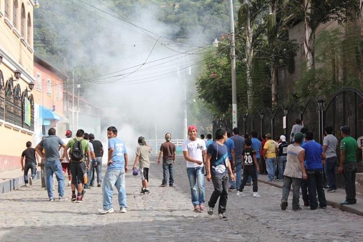 Durante un linchamiento grupos de personas aprovechan para provocar caos y evitar que la Policía ingrese a los lugares. (Foto Prensa Libre: Hemeroteca PL)