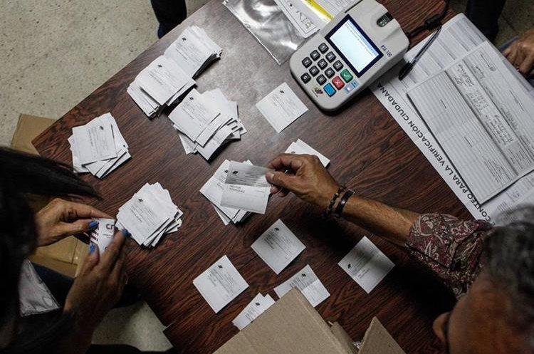 Miembros de mesa y testigos participan en el cierre de mesas y auditoría de actas, en un centro electoral. (Foto Prensa Libre: EFE)
