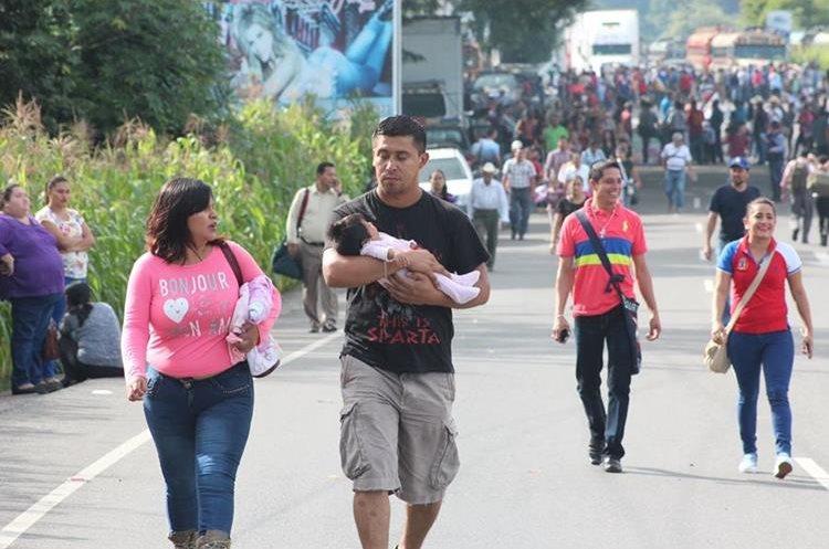 Las personas tuvieron que caminar varios kilómetros debido a los bloqueos.