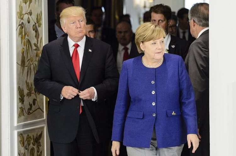 La canciller alemana, Angela Merkel, da la bienvenida al presidente de los Estados Unidos, Donald Trump, en el Hotel Atlantic Kempinsk, Alemania. (Foto Prensa Libre: EFE)
