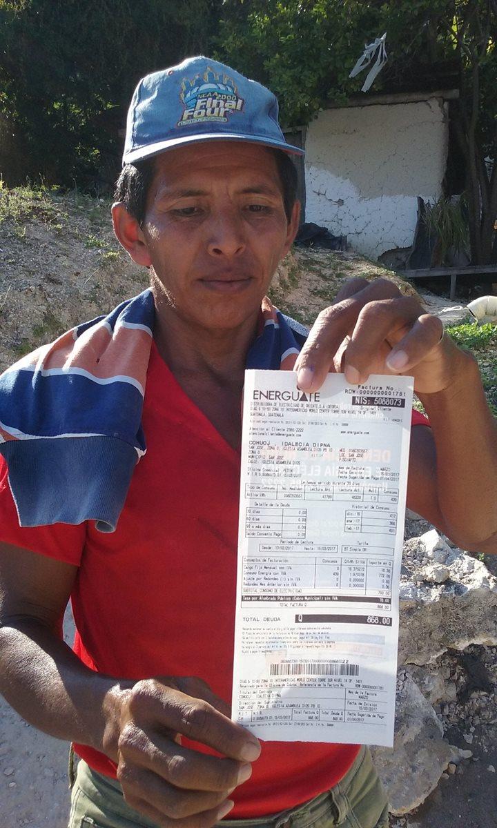Usuarios mostraron sus facturas de cobro mensual por energía. (Foto, Prensa Libre: Rigoberto Escobar)