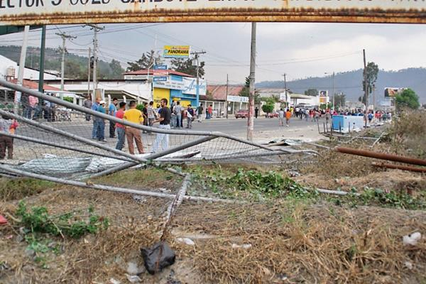 vecinos de  la   zona 11 de  Huehuetenango  retiran   cerco perimetral del terreno.