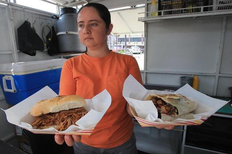 El Food Truck Más Rico le ofrece variedad de alimentos de acuerdo con el gusto del cliente. Se moviliza en distintos puntos de la ciudad de Guatemala. (Foto Prensa Libre: Esbin García).