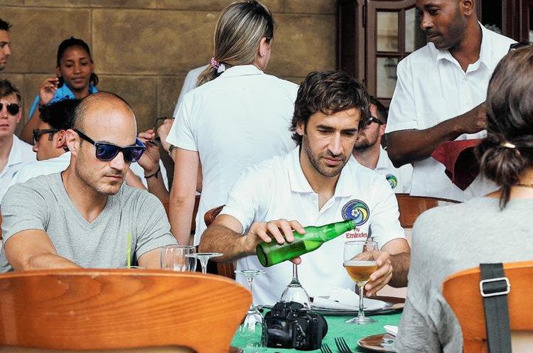 Raúl González disfrutó de una cerveza local. (Foto Prensa Libre: AFP)