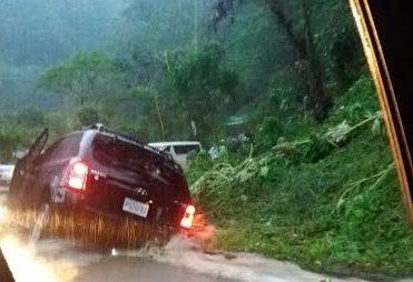 Vehículo es arrastrado por una fuerte correntada que se produjo debido a las intensas lluvias. (Foto Prensa Libre: Rolando Miranda)