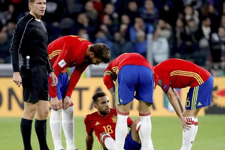 Jordi Alba tuvo que ser sustituido a los 22 minutos debido a una lesión. (Foto Prensa Libre: EFE).