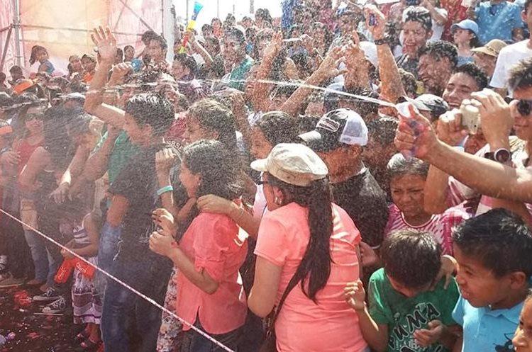 Tanto los participantes como las personas que acuerparon el desfile se divirtieron lanzando agua entre baile y baile.