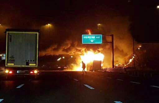 Imágenes de la prensa italiana mostraron al autobús en llamas en cuyo interior aún había varios estudiantes. (Foto Prensa Libre: EFE).