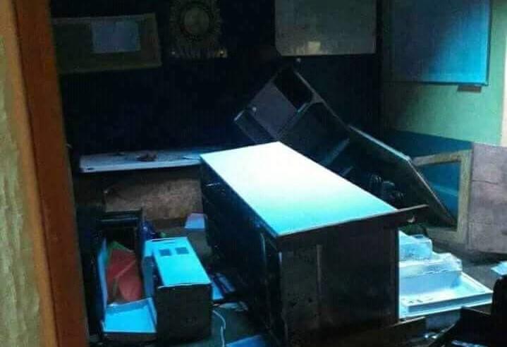 Parte del mobiliario destruido en la subestación de la PNC de Tucurú. (Foto Prensa Libre: Cortesía).