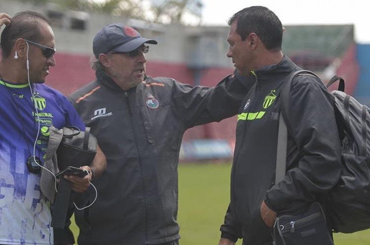 Gustavo Machaín y Mauricio Tapia conversan después de un juego amistoso en El Trébol. (Foto Prensa Libre: Norvin Mendoza)