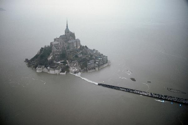 """El Mont Saint Michel  es vivirá la llamada """"marea del siglo"""". (Foto Prensa Libre: AFP)"""