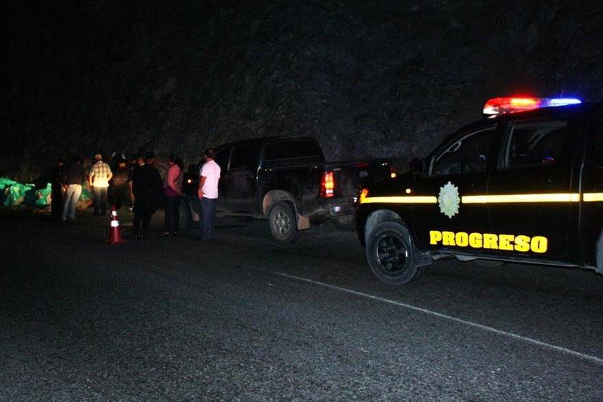 Agentes de la PNC resguardan lugar de accidente, en el km 102 de la ruta a las Verapaces, Morazán, El Progreso. (Foto Prensa Libre: Héctor Contreras)