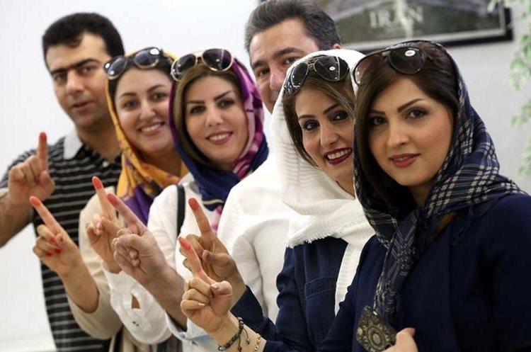 Mujeres iraníes que residen en Kuwait ejercen su voto.